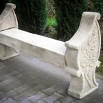 Zabytkowa kamienna ławeczka
